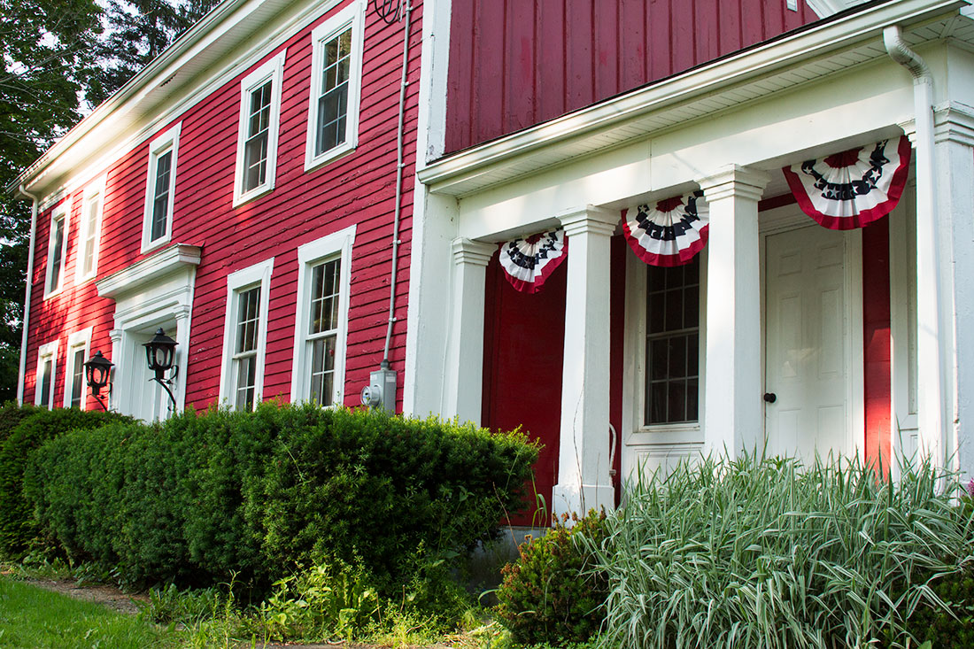 House decorated for the summer | Little Red Farmstead
